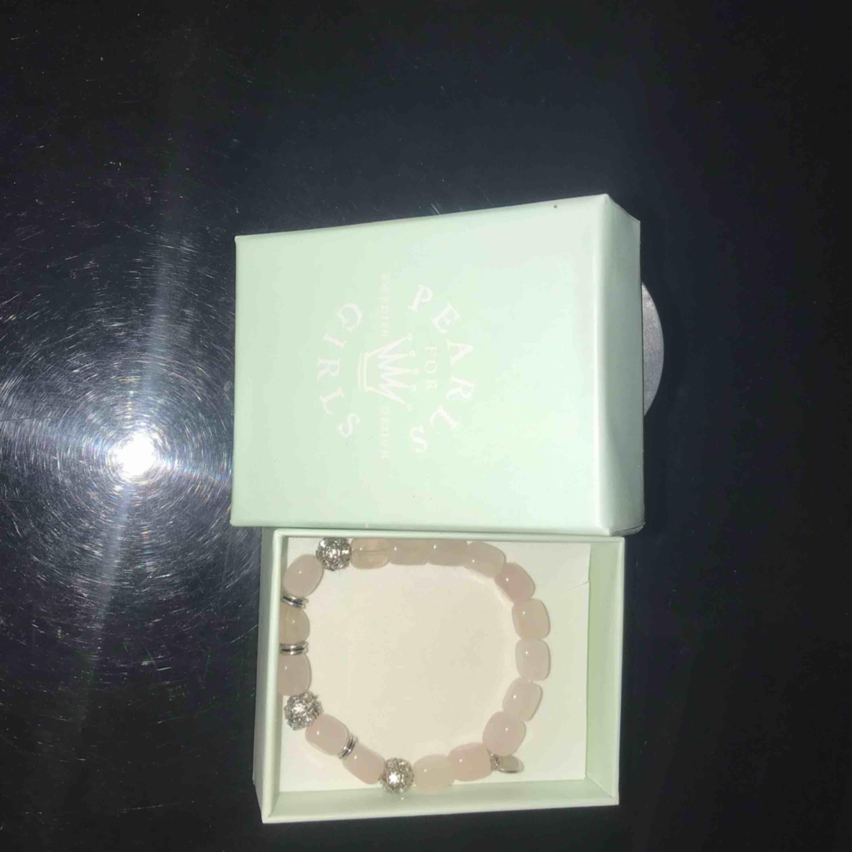 Säljer ett fint rosa/nude armband som aldrig är använt från Pearls For Girls, kan mötas upp inom Göteborg, skall den skickas så tillkommer frakt på 50kr.. Accessoarer.
