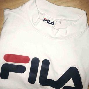 Stretchig t-shirt från FILA med hög krage i storlek M. Använd 2-3 gånger så den är i toppskick! Andra bilden är lånad från Bubbleroom. Köparen betalar frakt på 30 kr. 🌻