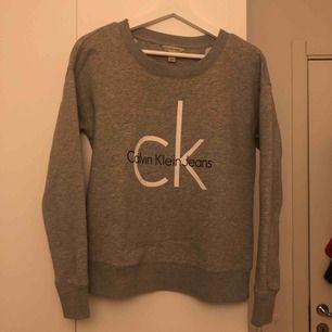 Äkta Collage tröja från Calvin Klein, ljusgrå. Frakt tillkommer men annars kan jag mötas upp i Linköping och Stockholm ev.