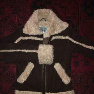 retro jacka, perfekt till vår å höst men också varm nog med en tjockare tröja under för vinter:-) tyget är i smal manchester