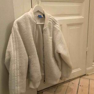 En snygg adidas Teddy jacka använd ett få tal gånger den är absolut i bra skick ! Köpt på caliroots för 1000kr  Säljer den för 500kr