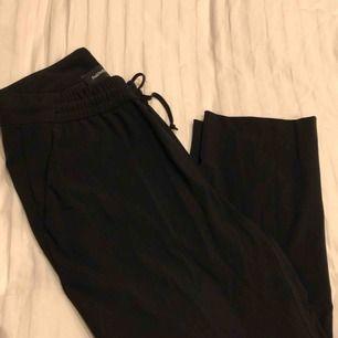 Snygga kostymbyxor från PeakPerformance knappt använda! Storlek S är dock uppsydda med går lätt att fixa!  Ordinär pris 1500kr