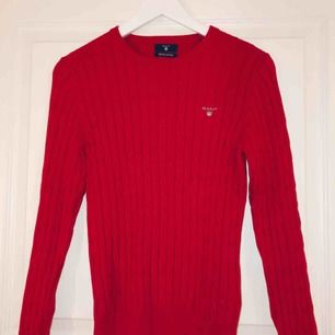 Äkta Gant tröja, röd kabelstickad. Säljer på grund av använder inte.