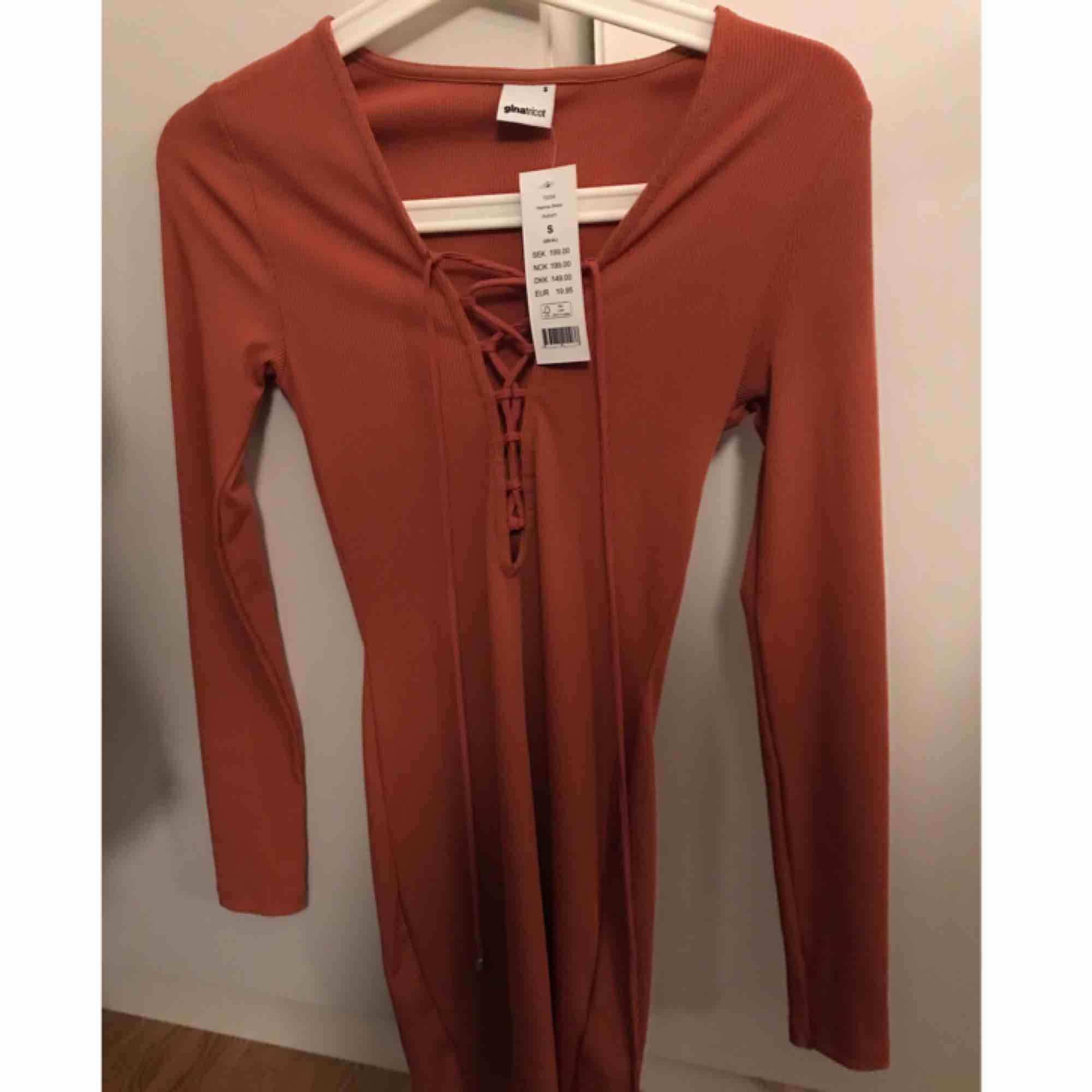 Väldigt snygg klänning från ginatricot, färgen är orange fast lite starkare. Aldrig använd! . Klänningar.