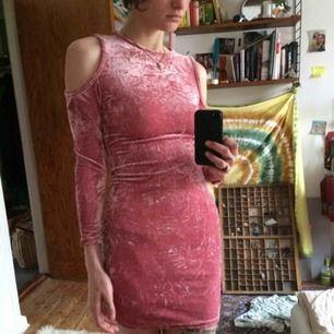 jättefin velourklänning i rosa!