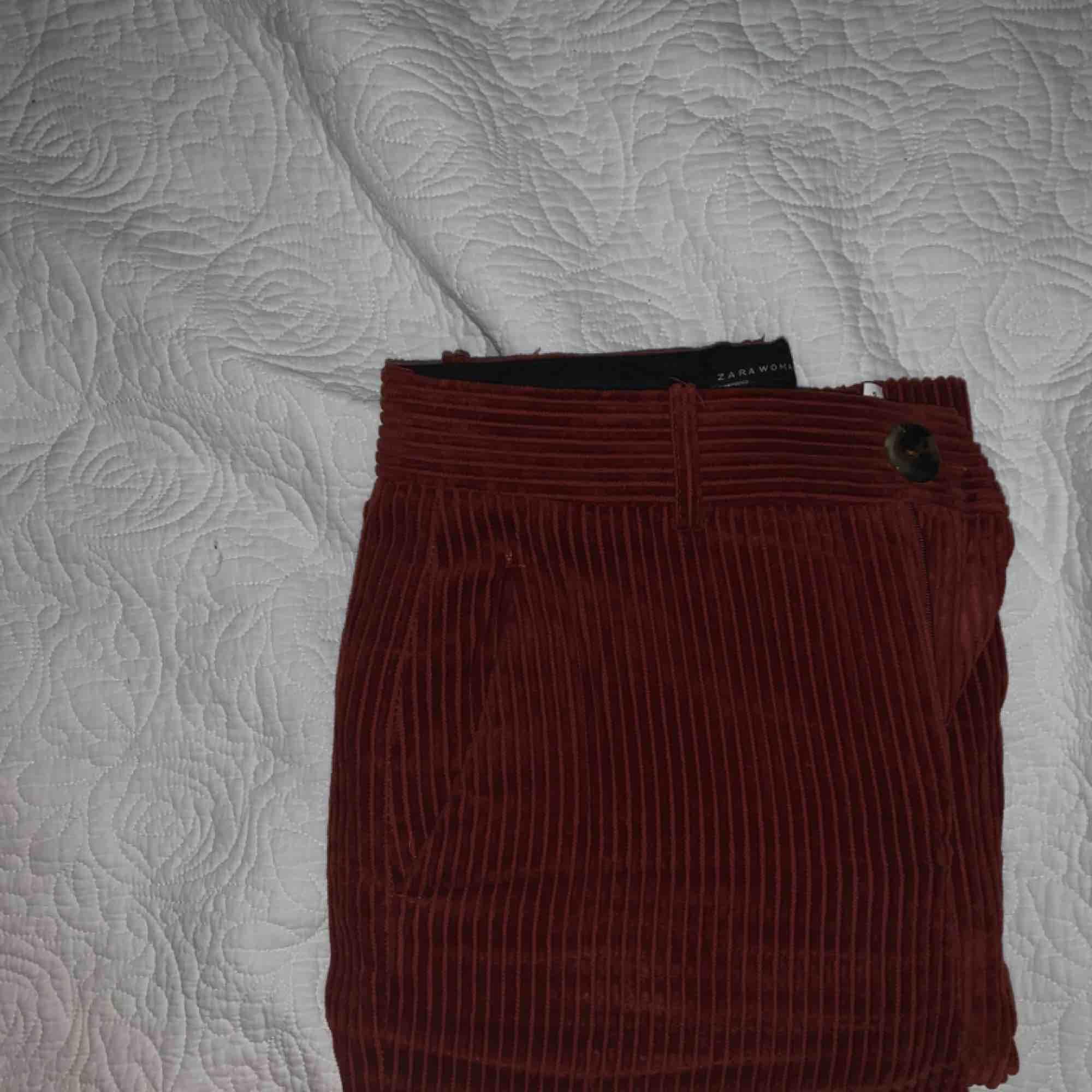 Säljer dessa skitsnygga byxorna då dom tyvärr är för små för mig :((💕💕 knappt använda . Jeans & Byxor.