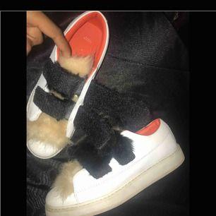 """Ett par super fina """"fluff sneakers"""" ifrån Zara i strl 39. Sparsamt använda, frakten är inräknat i priset!:)"""