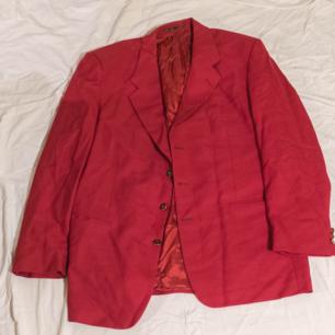 Röd vintagekavaj utan storlek men runt L !