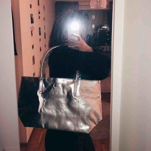 Oj oj oj HUR snygg är inte denna silver väskan??? Den är från Michael Kors, kan dock inte garantera att den är äkta, men troligtvis en äkta kopia med tanke på lappen inuti väskan. Super snygg hur som helst till ett ASBRA pris?!