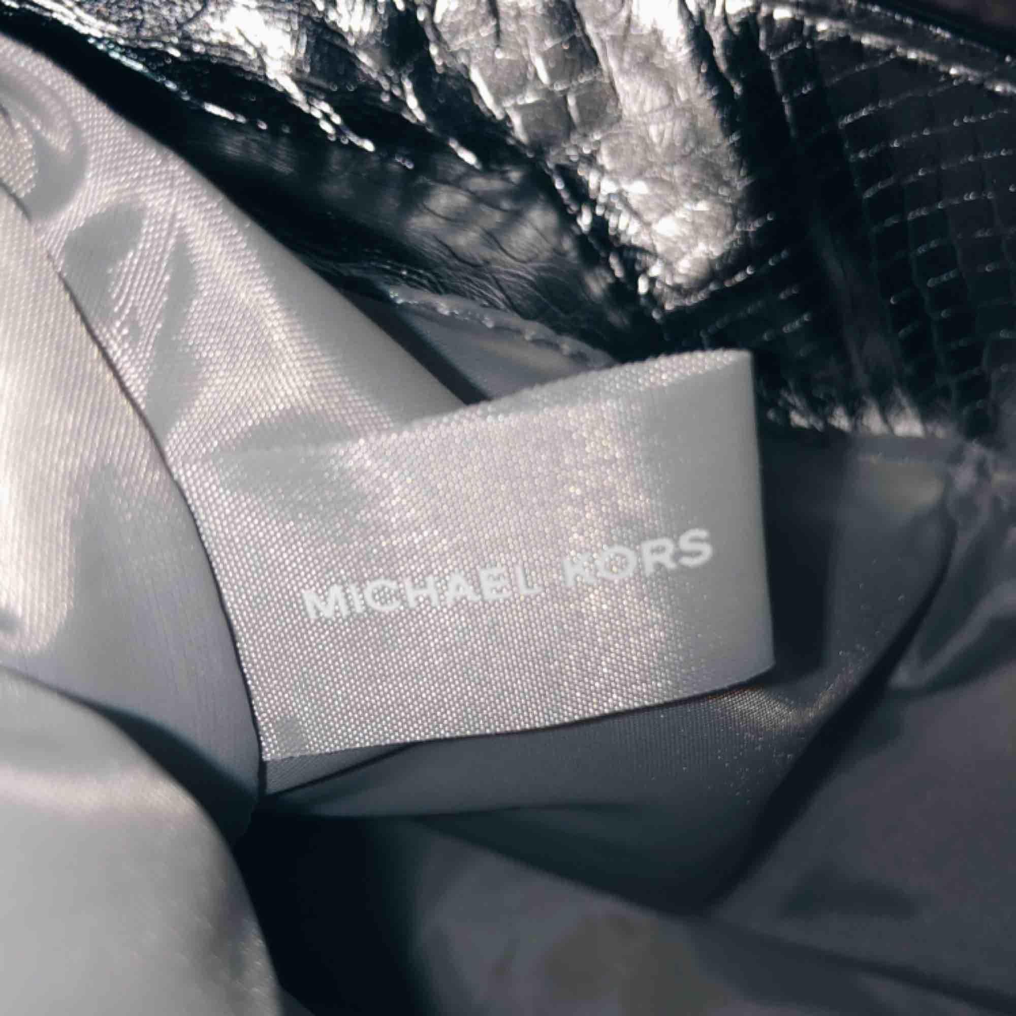 Oj oj oj HUR snygg är inte denna silver väskan??? Den är från Michael Kors, kan dock inte garantera att den är äkta, men troligtvis en äkta kopia med tanke på lappen inuti väskan. Super snygg hur som helst till ett ASBRA pris?! . Väskor.