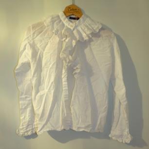 Vintageskjorta med spetskrage och volanger
