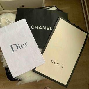 Papperspåsar, 60kr per styck, finns i Odenplan. Dior: 38x25cm Gucci: 48x29cm Chanel: 43x33cm