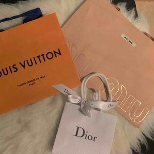 40kr per styck, finns i Odenplan. orange LV(såld). brun LV(såld). Gul Fendi(såld). Rosa miumiu: 25x35cm