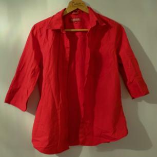 Röd skjorta med trekvartsärm, fin att knyta i midjan