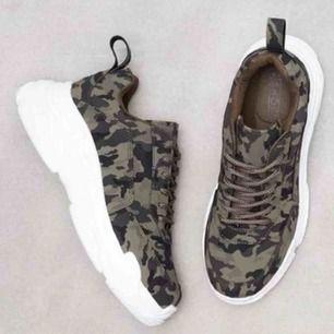 Army-mönstrade sneakers i storlek 40 från NLY Shoes. Är i mycket fint skick. Fraktar ej men möts upp & tar endast emot Swish-betalning.