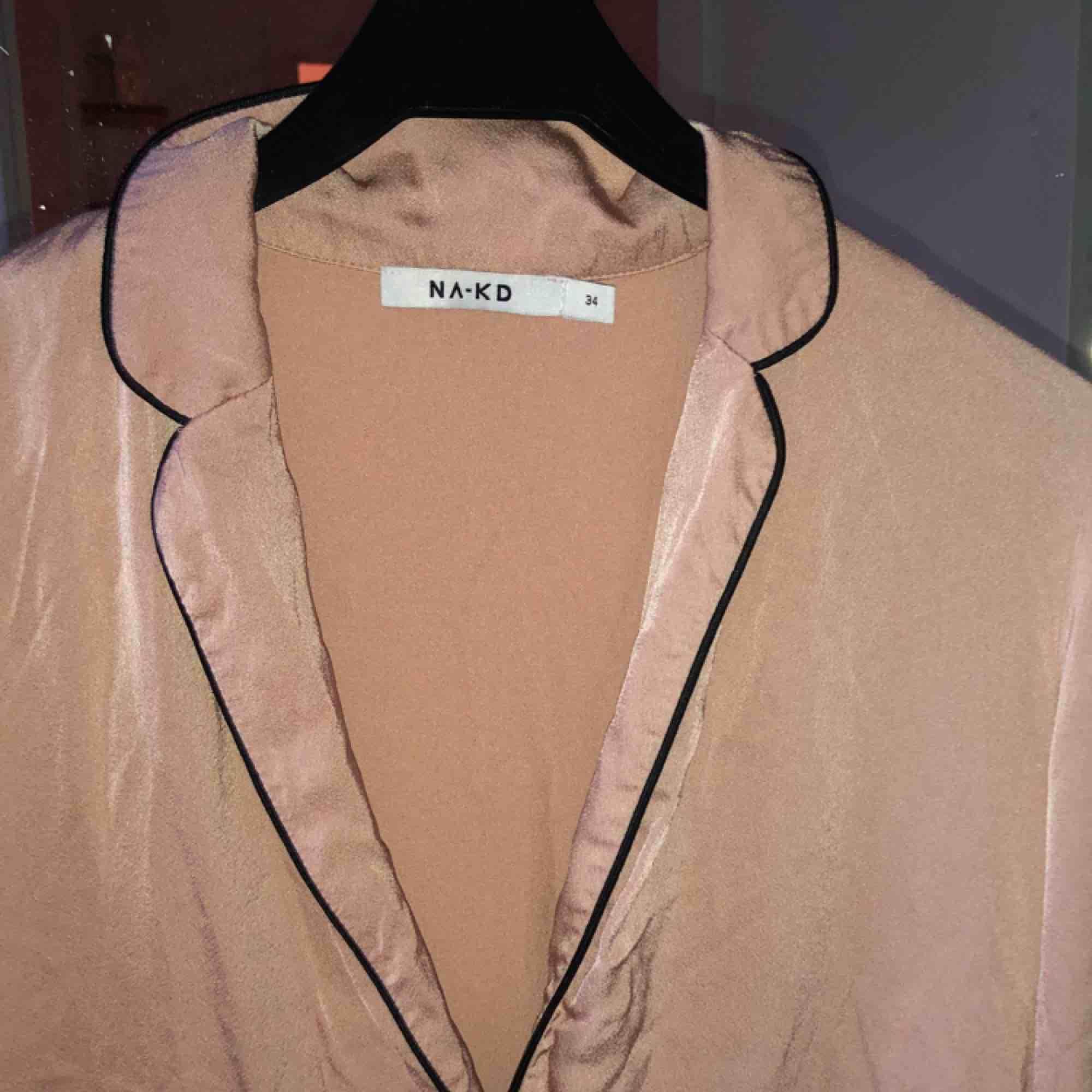 Helt oanvänd blus från Nakd i strl 34, säljer då den inte kommer till användning . Blusar.
