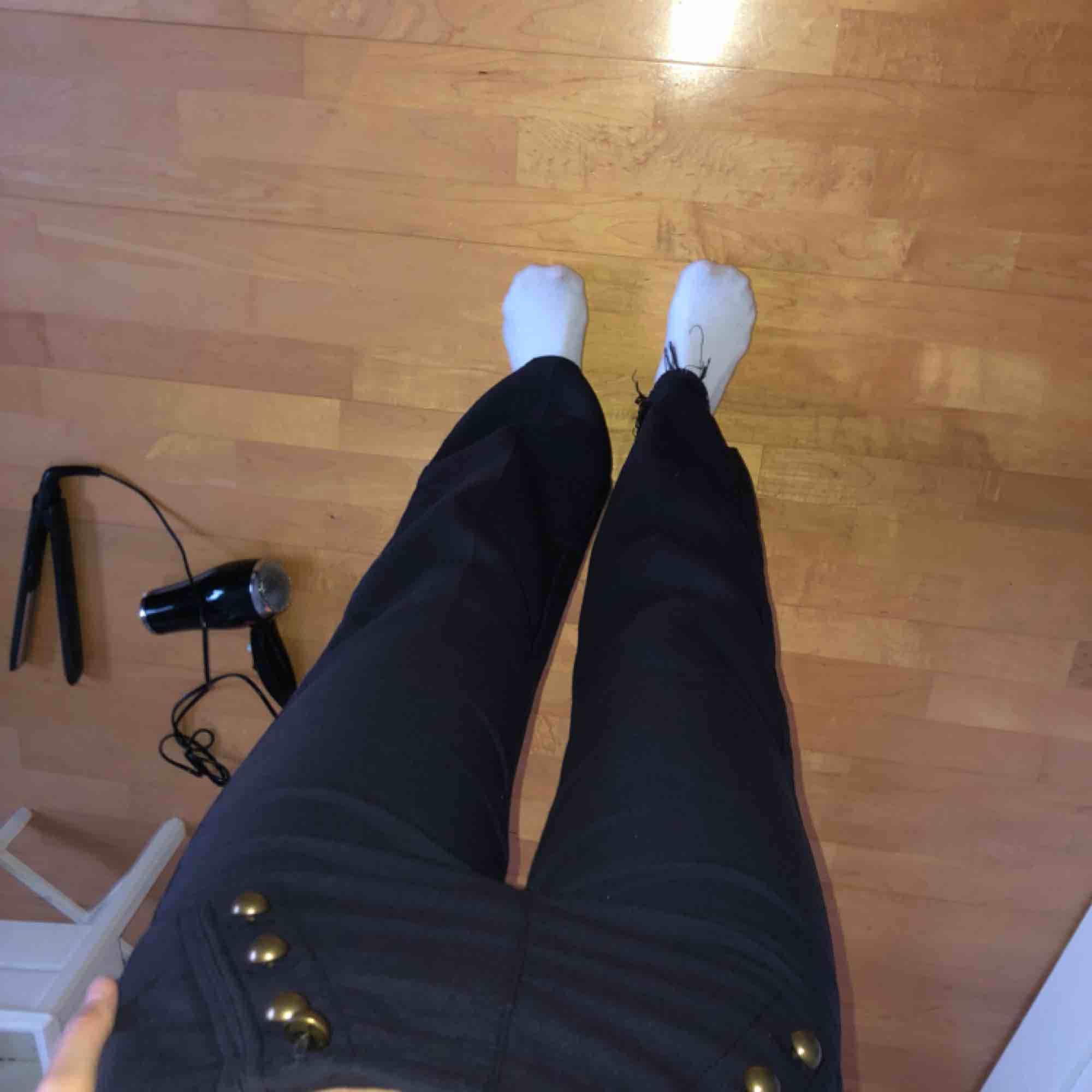 Marinblåa flare byxor från Hm. Jeans & Byxor.