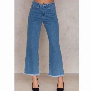 Ljusblå jeans i storlek 40 från NA-KD. Är i mycket fint skick men säljer p.g.a. fel storlek. Fraktar ej men möts upp och tar endast emot Swish-betalning.