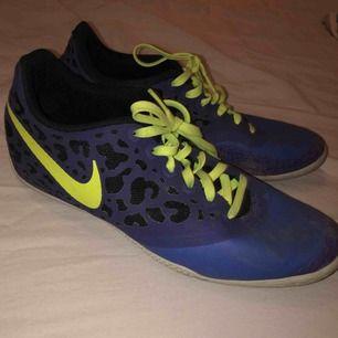Använde som inne fotbolls skor men även som vanliga tränings skor, inte använda så mycket. De är lite smutsiga på bilden men går skit bra o tvätta i maskin