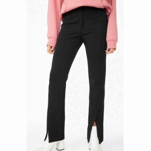 Svarta byxor med slitsar framtill, i storlek 42 från Monki. Är i mycket fint skick men säljer p.g.a. fel storlek. Fraktar ej men möts upp och tar endast emot Swish-betalning.