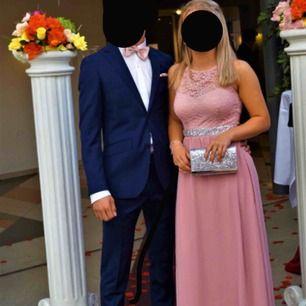 Säljer min balklänning, endast andvänd en gång och därför i väldigt bra skick! Inbyggda ilägg över brösten så ingen bh behövs, stretchigt tyg och väldigt lång kjol så bra att ha klackar om man är kort som jag(är 160cm). Köpt 2018 , skriv för fler bilder!!