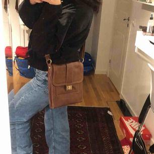 Brun väska från second hand. Snygg och helt oanvänd!