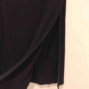En halv slit kjol som jag köpte från TOBI. Har använt kanske en gång. Köparen står för frakt (50kr).