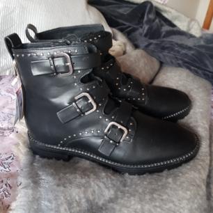 snygga pull&bear skor.  helt oanvända. säljer pga fel storlek:/ köpta i Ungern.