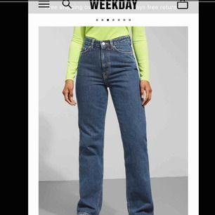 Säljer mina nästintill nya Weekday ROW jeans! I en mellan blå färg!