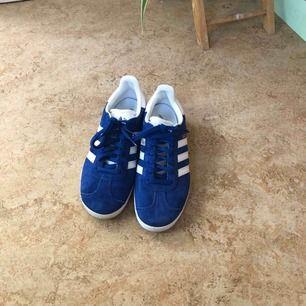 Super fina Gazelle Adidas Originals. Använda max 2-3 gånger så dom är i jätte bra skick. Säljer pga har andra skor i samma färg som används mer. Sänker priset vid snabb affär. Hämtas upp eller fraktas mot betalning.