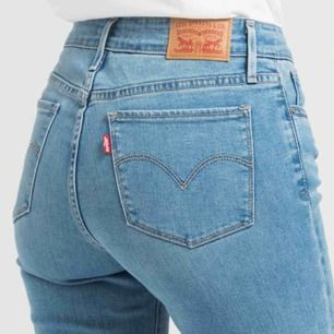 HELT NYA Levis jeans! Aldrig använda!  Super skönt material, men för korta på mig!  Sitter bra i midjan om du har storlek M/38.  Skriv om ni har frågor vid längds osv!