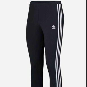 Ett par Adidas-tights. Sitter tight och har långa ben. Använda sparsamt. Har inga hål, ser ut som nya! Kan frakta. Frakt- pris 54 kr.