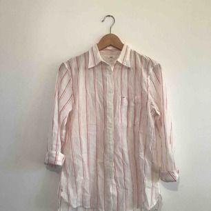 Oversize lee skjorta, använd 2 eller 3 gånger. Köptes i oktober. Passar både på kvinnor o män  Möjlighet att kanske mötas upp i Stockholm, eller Solna. Köparn står för frakt.