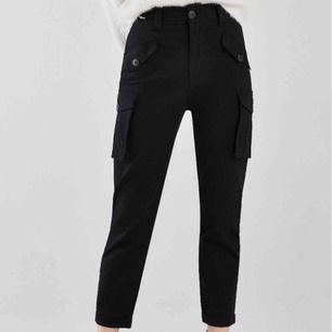 Sjukt snygga byxor från Zalando, Bershka. Aldrig använda, endast testade!!! Skulle säga att dem passar 36/38. Köpta för 349 kronor. Kan fraktas för 55 kronor ✨