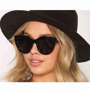 Solbrillor Le Specs - air heart ✨ (Endast testade) Beskrivning:  Solglasögon i något rund modell från Le Specs Något bredare skalmar samt tonade glas Logotyp på båda skalmar UV-skydd Skyddande fodral medföljer Bredd 15 cm Höjd 5,5 cm Skalmlängd 15 cm