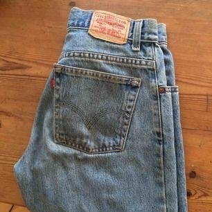Jätte snygga levis jeans i modell 550!! Ett måste att ha i garderoben. Köpta second hand men knappt använda