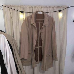 Beige jacka i tunnare material (mocka-liknande).   Betalas med swish. Kan mötas upp i Halmstad eller skicka mot frakt som betalas av köparen.