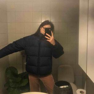 En Nice varm dunjacka från hellyhansen  Kan inte frakta den :-((