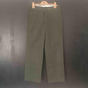 Olivgröna Dickies, som jag tyvärr använder alldeles för lite. Modellen är slim-straight, detta innebär att dom är lite lägre i midjan och helt straight i benen. Finns i Stockholm.  Size W30 L32