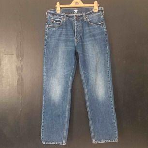 Classica blåa straight jeans från Carhartt. Byxorna har lite stretch och är medium höga i waist. Strl: W30L30  (sitter som en 32 i waist om man vill)  Finns i Stockholm.