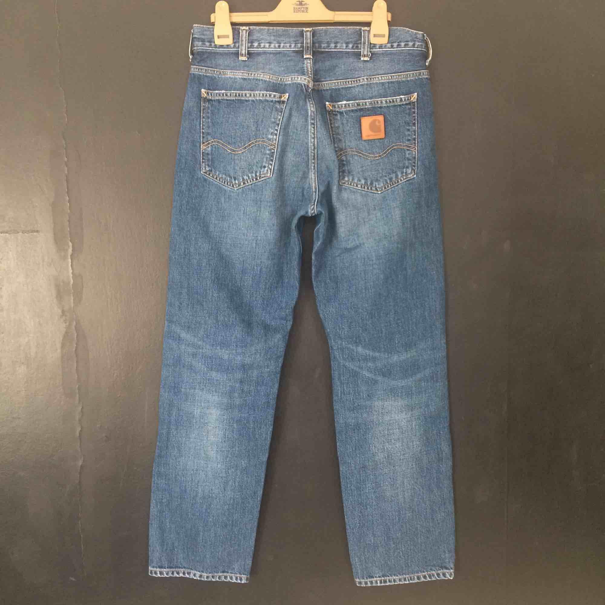 Classica blåa straight jeans från Carhartt. Byxorna har lite stretch och är medium höga i waist. Strl: W30L30  (sitter som en 32 i waist om man vill)  Finns i Stockholm. . Jeans & Byxor.