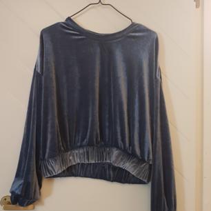 Långärmad tröja i blå velour. Lite oversize. Från weekday. Knappt använd.  Frakt tillkommer