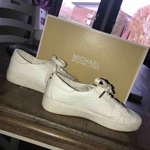46071252d5f Michael kors sko i modellen cloby sneaker. Nypris 1500:-. Orginallådan  tillkommer och