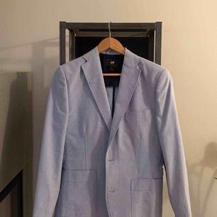Snygg blå oversize kavaj som är fin att stylea upp till en enkel outfit