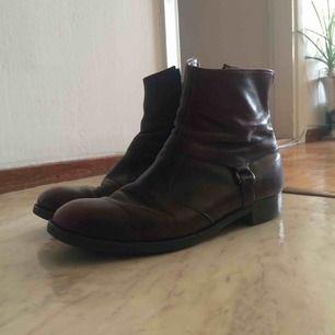 Vin-röda boots.  Strl 42,5  Finns i stockholm.