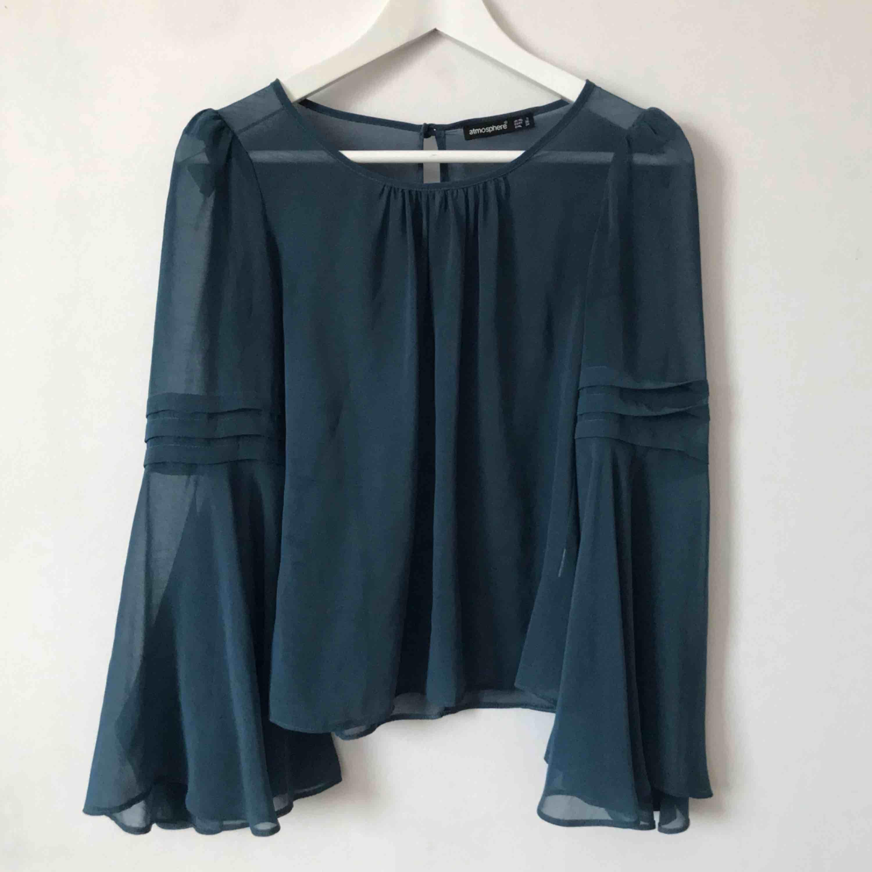 En genomskinlig tröja med snygga utsvängda ärmar💙 Finns en likadan i gul vid intresse. Båda kan köpas för 80kr! Möts upp i Gävle eller fraktar denna för 18kr, då köparen står för frakten. Blusar.