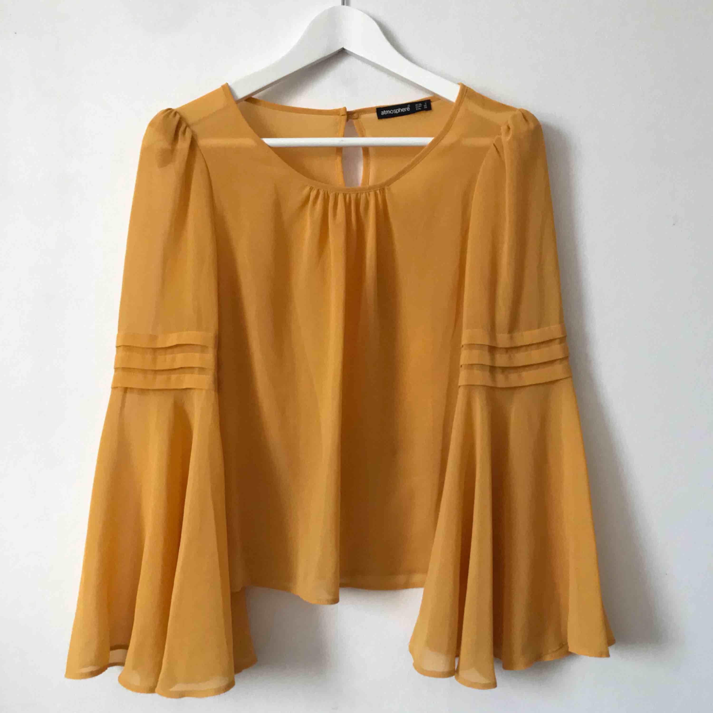 Genomskinlig tröja med utsvängda ärmar💛 Finns även i blått vid intresse! Båda kan köpas för 80kr! Kan mötas upp i Gävle eller fraktar denna för 18kr då köparen står för frakten. Blusar.