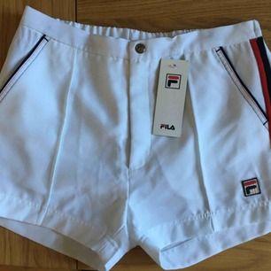 Ett par riktigt cleana, casual FILA-shorts i herr M. Sprillans nya men för stora för mig som brukar ha XS eller S.