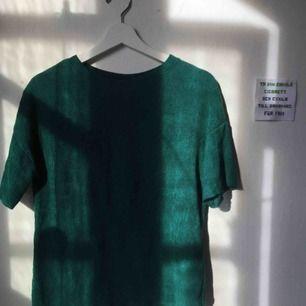 Så fin t-shirt i skirt smaragdgrönt material, med lite längre ärmar. Dessutom är den vågig i nederkanten!🥰 (Stretchig och passar mig bra, jag bär vanligtvis S-M)