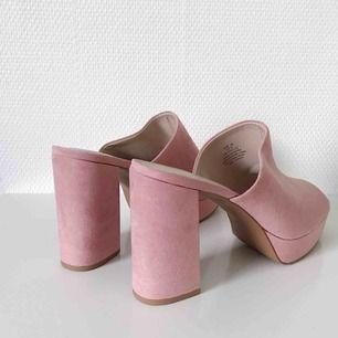 Nästintill helt oanvända skor från H&M i storlek 39. Mycket bra skick! Säljs pga har för många skor. Frakt tillkommer, ca 50 kronor.